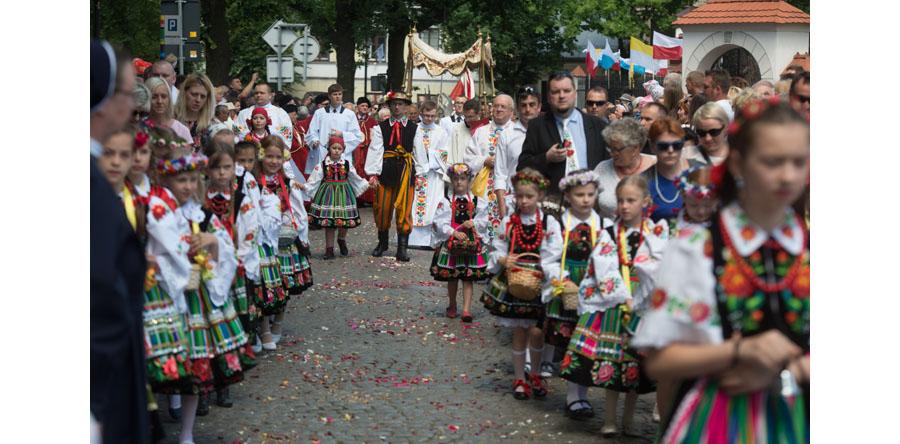 Łódzkie/ Barwna procesja z tysiącami wiernych przeszła ulicami Łowicza