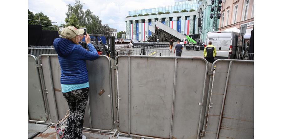 Warszawa/ wizyta Trumpa – rozstawione metalowe barierki, zamknięte ulice