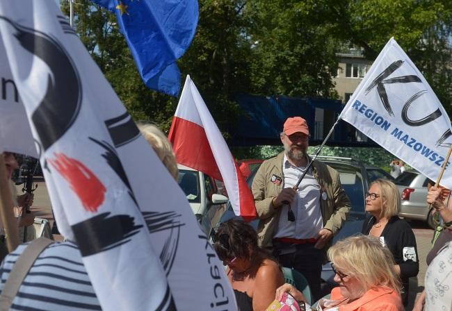 Pikieta KOD przed budynkiem Sejmu