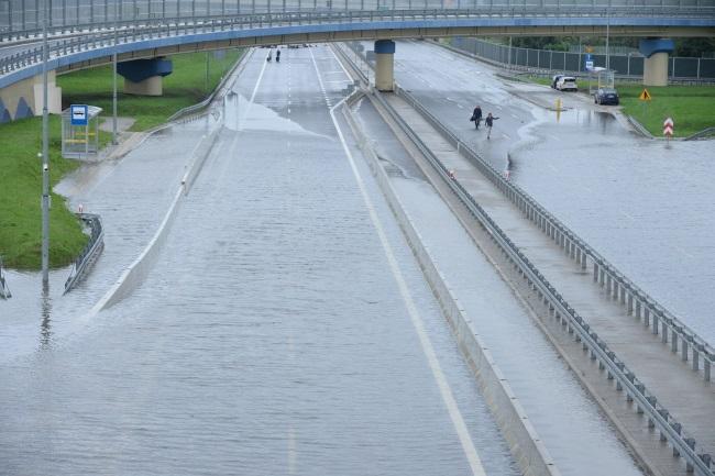 Śląskie – Po opadach deszczu – lokalne podtopienia i zalania budynków