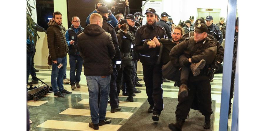 Policja zatrzymała 22 osoby które okupowały siedzibę Lasów Państwowych
